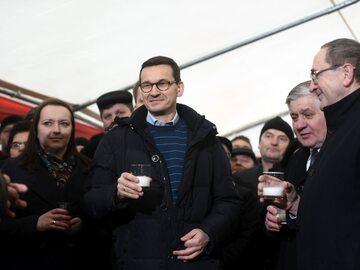 """Premier wzniósł toast mlekiem. """"Byłem kiedyś wprawny w dojeniu krówek"""""""