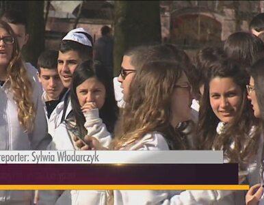 Spotkanie polskiej i izraelskiej młodzieży przed macewą w Radomsku
