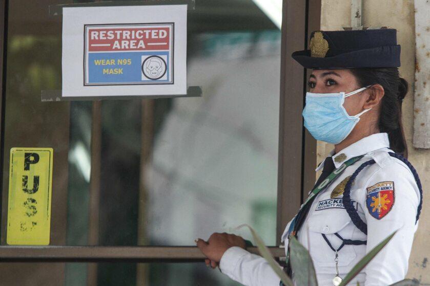 Policjantka na Filipinach, gdzie z powodu koronawirusa zmarła jedna osoba