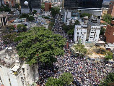 Brak wody, grabieże, operacje przy latarkach. Wenezuela wprowadziła stan...