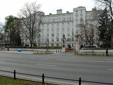 Billboardy z cytatami z braci Kaczyńskich zawisły przy budynku...