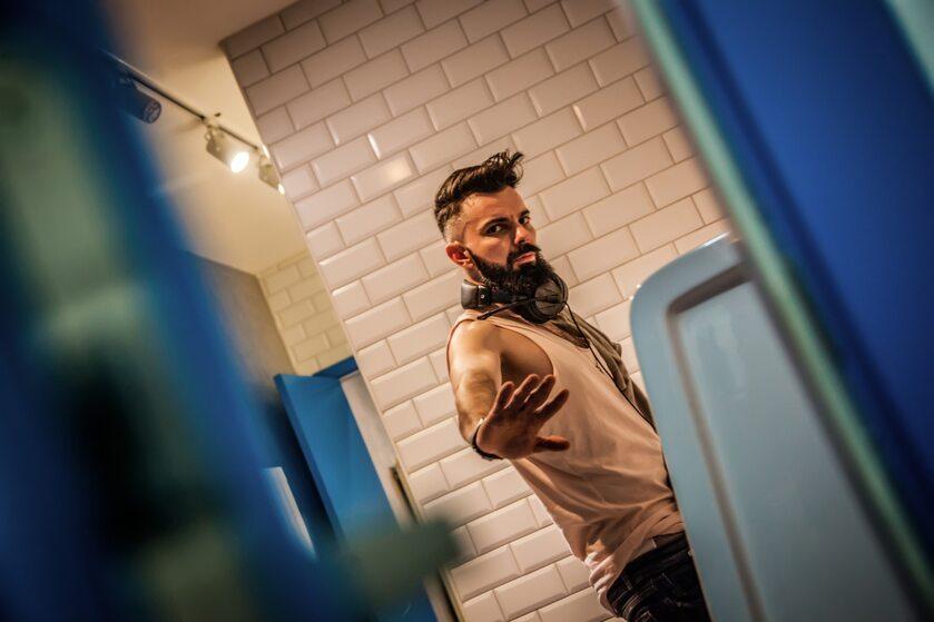 Mężczyzna w toalecie – zdjęcie ilustracyjne