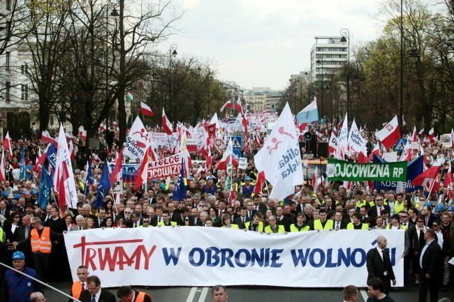Demonstranci trwali maszerując... (fot. PAP/Tomasz Gzell)