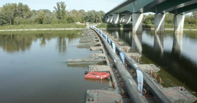Rurociąg na moście pontonowym