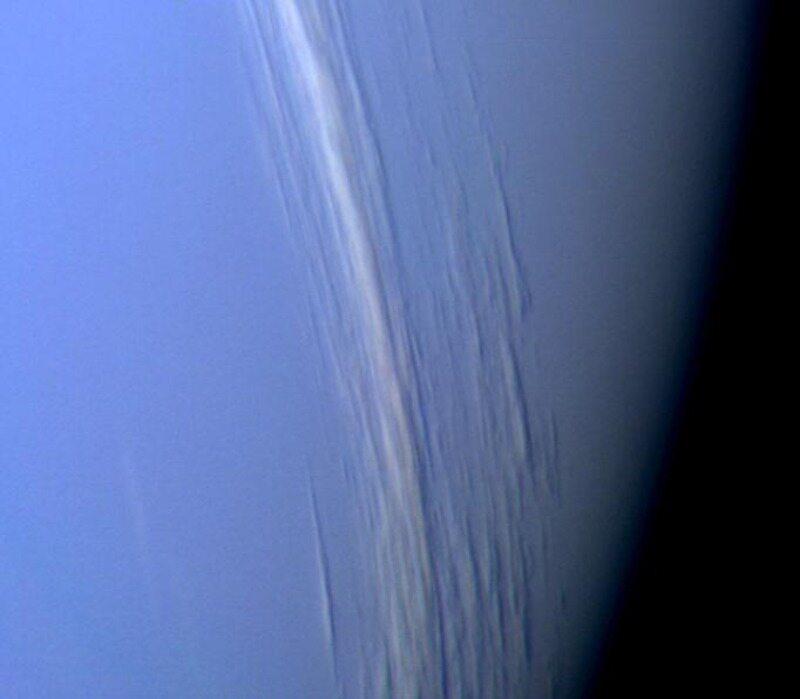 Chmury nad Neptunem. Zdjęcie wykonane w 1996 roku przez sondę Voyager 2