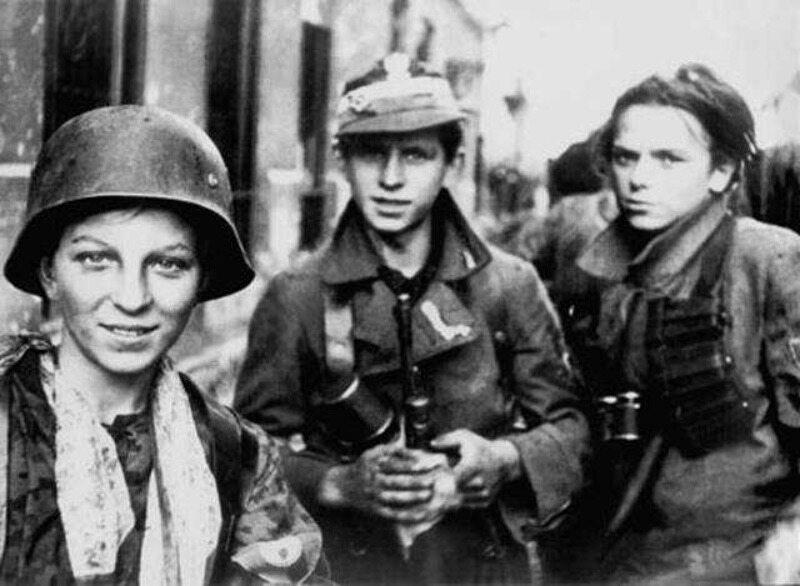 """2 września. Żołnierze zgrupowania """"Radosław"""" właśnie przez kilka godzin przedzierali się kanałami do Śródmieścia"""