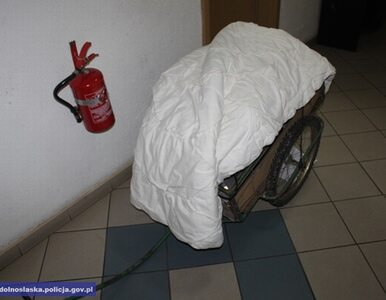 Na wózku przykrytym szpitalną kołdrą wywiózł z placówki...