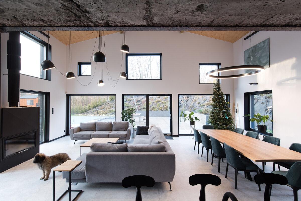 Ślonsko Chałpa Sam dach budynku został podniesiony, aby można było na piętrze zmieścić funkcje mieszkalne.