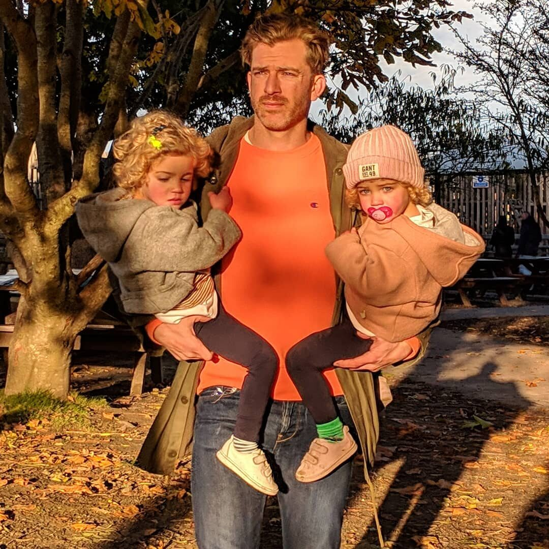 Simon Hooper oraz jego córki Ottie i Delilah