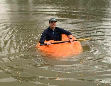 Wyhodował 400-kilową dynię i pływał w niej po stawie. Zgadnijcie, jak...