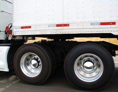 Czołowe zderzenie ciężarówki z osobówką. Zginął 21-latek