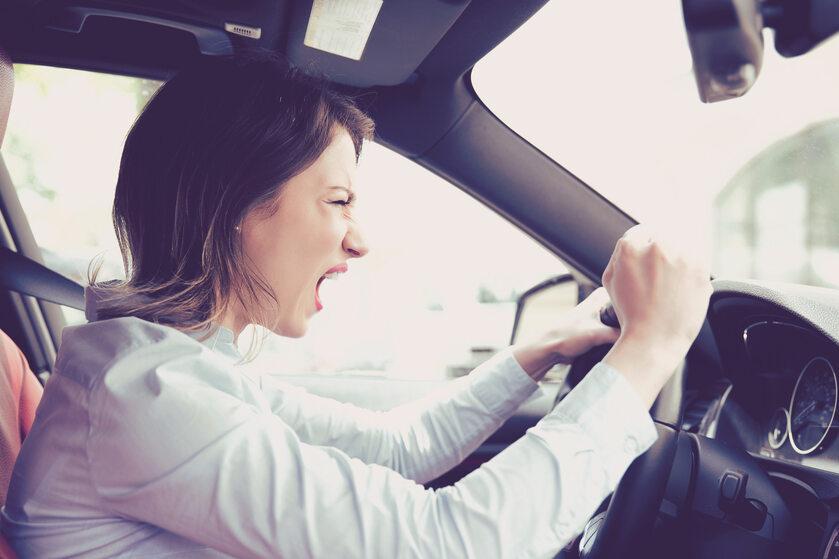 Agresywny kierowca - ilustracja