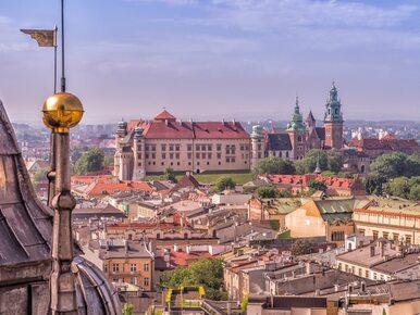 """Rosyjska flaga na ratuszu w Krakowie. """"Petersburg jest miastem partnerskim"""""""