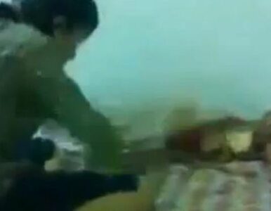 """Matka bije niemowlę na filmie. Internauci w szoku. """"Znacie ją?"""" (wideo)"""