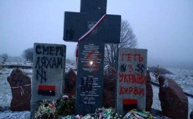 Zdewastowany pomnik w Hucie Pieniackiej