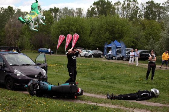 Gdy zderza się motocykl z samochodem... (fot. PAP/Tomasz Gzell)