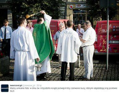Ksiądz poświęcił... kampanijne busy SLD