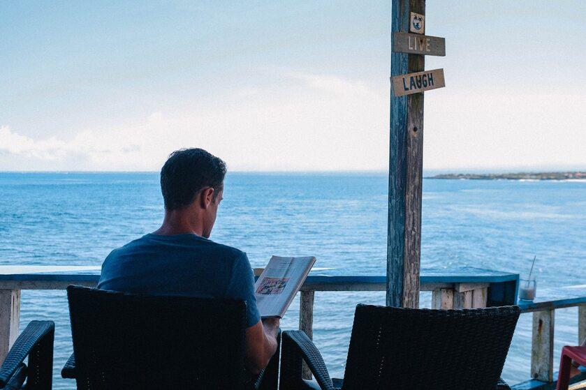 Mężczyzna czytający książkę, zdjęcie ilustracyjne