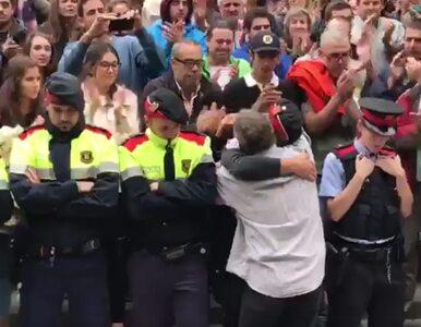 Katalońscy policjanci wykonują rozkazy i... płaczą. To nagranie wzrusza...