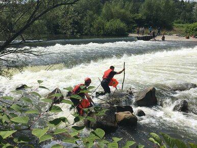 Groźny wypadek kajakarzy na Skawie. Kilkanaście osób wpadło do wody