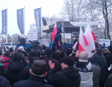 """Mundurowi protestują przed Sejmem. """"Chroniłem Lecha Kaczyńskiego. Za to..."""