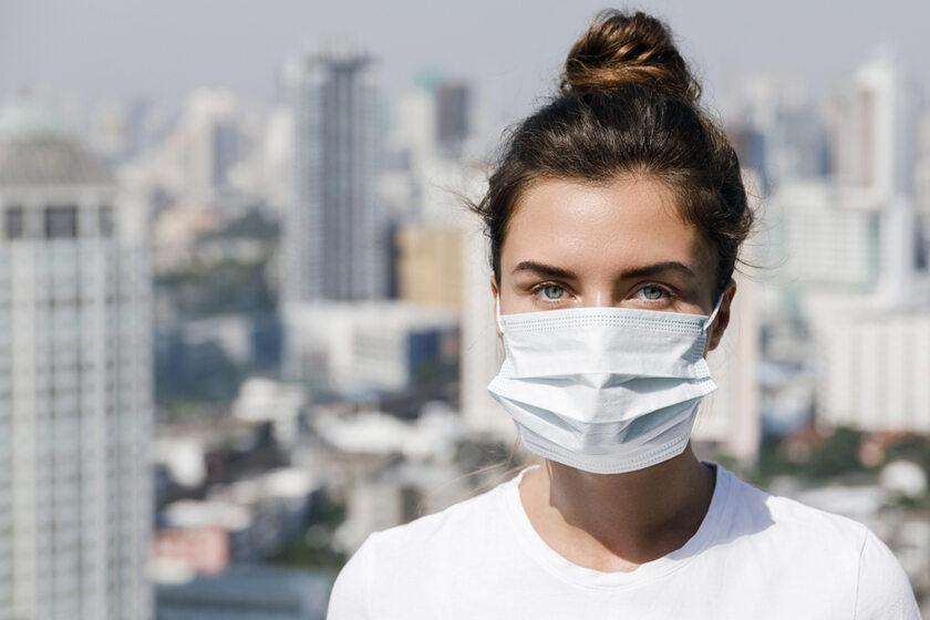 Kobieta w masce chirurgicznej