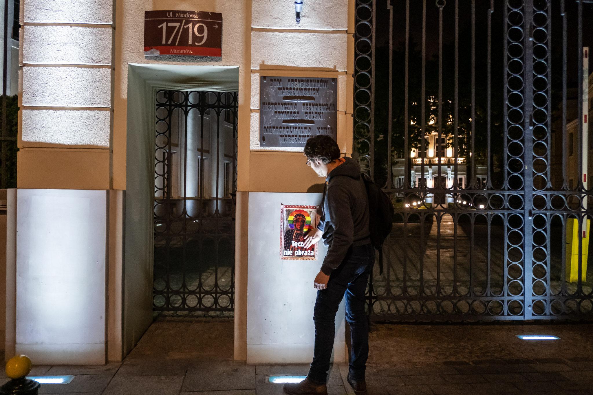 """Aktywiści rozkleili plakaty z """"tęczową"""" Matką Boską"""
